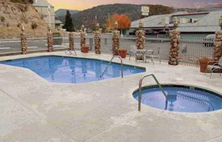 Yosemite Southgate Hotel & Suites - Pool - 3