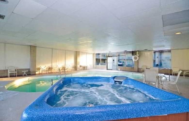 Rodeway Inn - Pool - 3