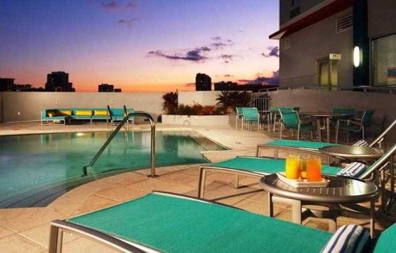 Hampton Inn and Suites Miami Brickell Downtown - Pool - 3