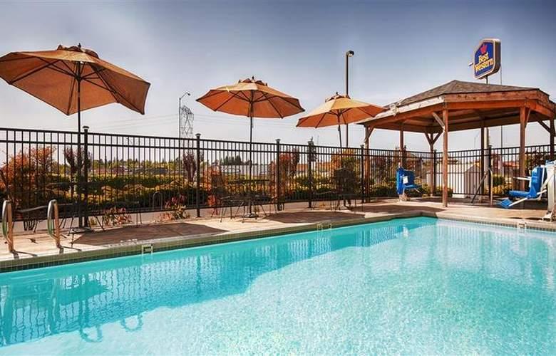 Best Western Woodburn - Pool - 73
