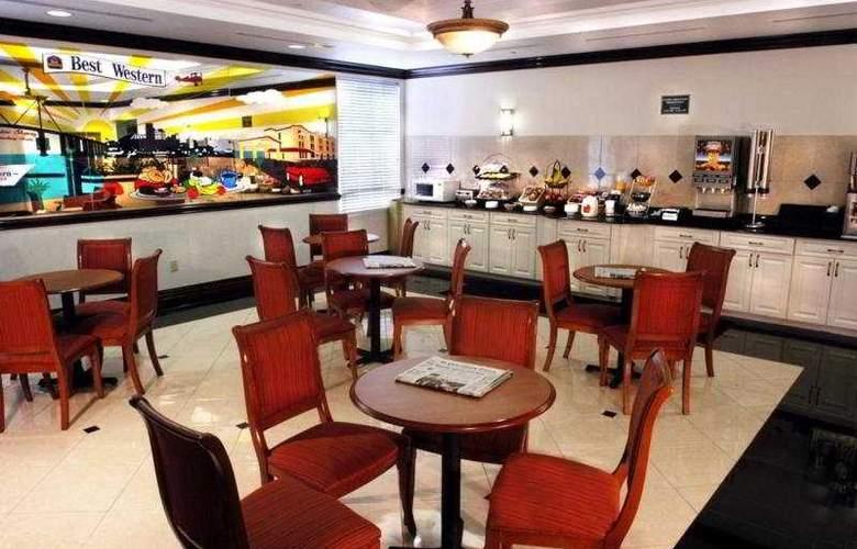 La Quinta Inn & Suites St Pete Northeast - Bar - 3