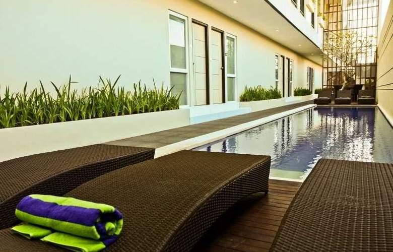 Eazy Suite - Pool - 6
