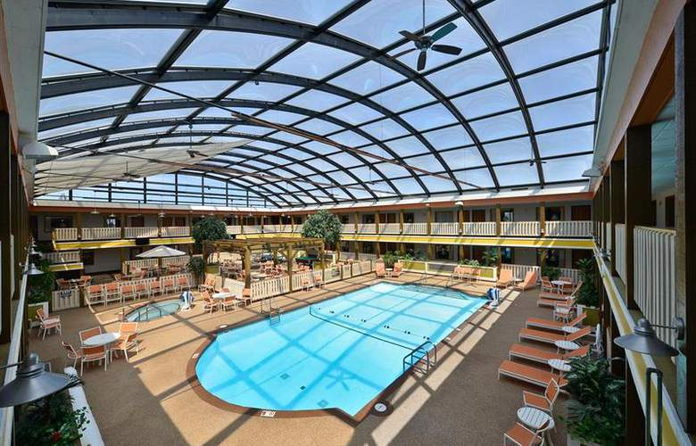 Best Western Dubuque Hotel & Conference Center - Pool - 104