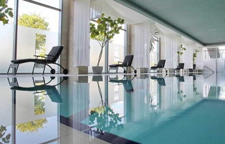 Holiday Inn Sofia - Pool - 37