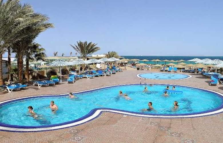 Triton Empire Hotel - Pool - 13