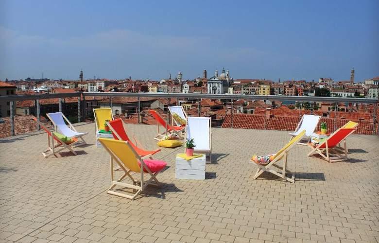 Sunny Terrace Hostel - Terrace - 34