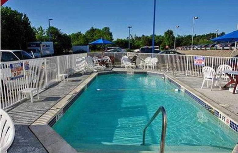 Motel 6 Portsmouth - Pool - 6