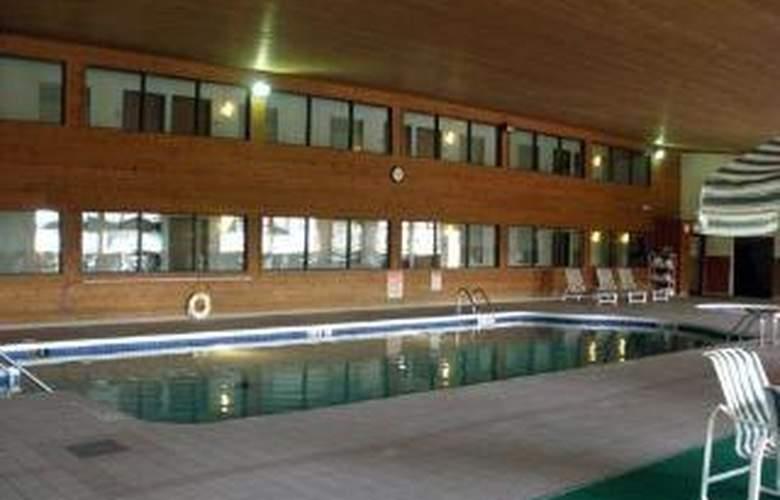 Econo Lodge  Inn & Suites - Pool - 2