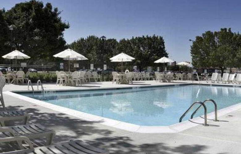 Wyndham Garden Hotel Philadelphia Airport - Pool - 5