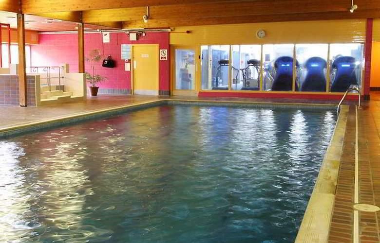 Crerar Eight Acres Hotel - Pool - 3