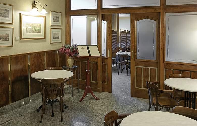Hostal Carlos III - Hotel - 2