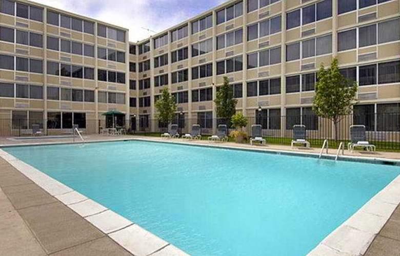 Red Lion Hotel Denver Central - Pool - 7