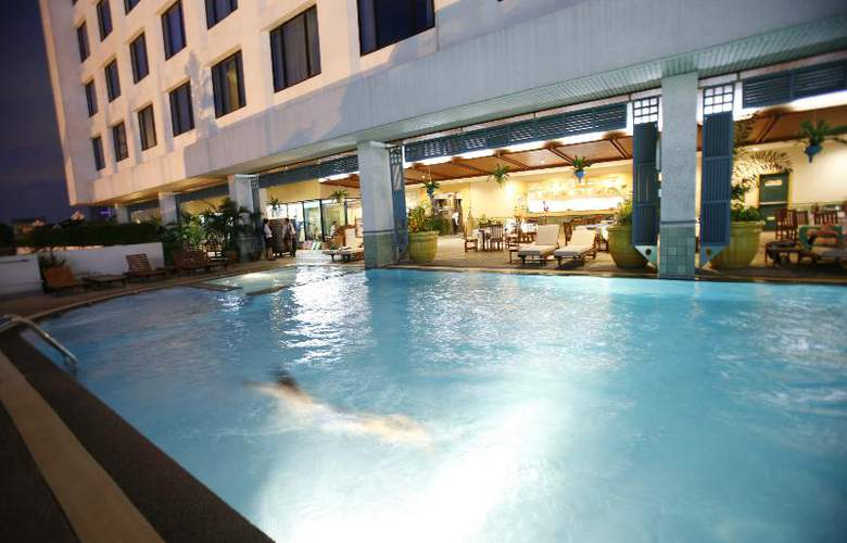 Golden Tulip Sovereign (formerly Radisson Bangkok) - Pool - 13