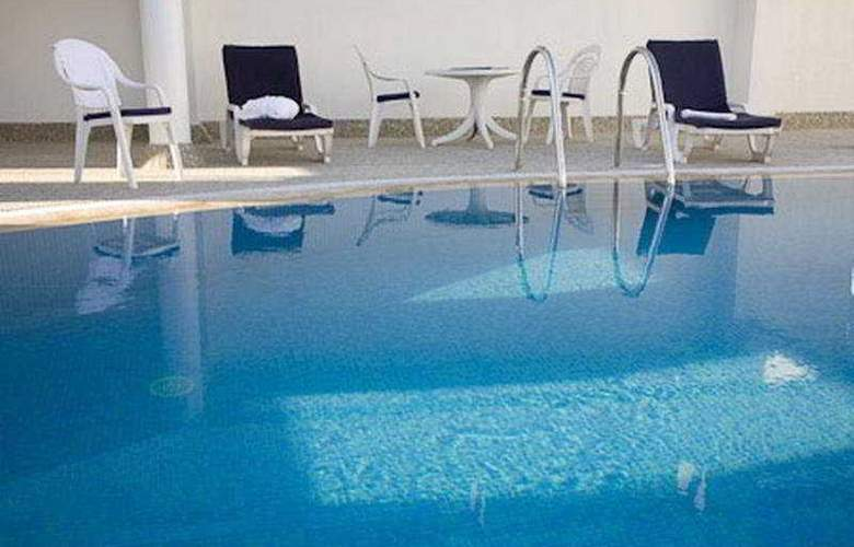 Avari Hotel Apartments Al Barsha - Pool - 1