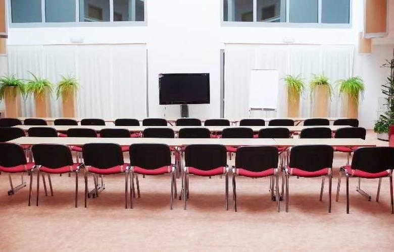 Set - Conference - 8
