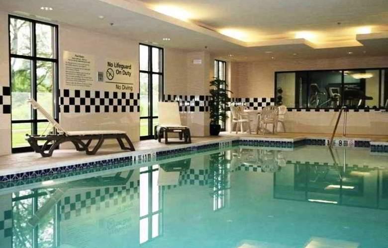 Hampton Inn North Brunswick/New Brunswick - Pool - 9