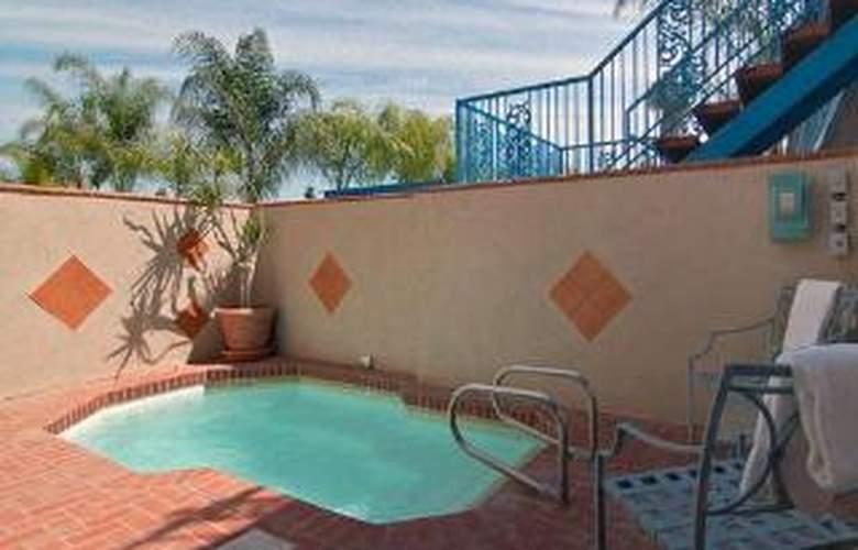 Rodeway Inn Maingate - Pool - 5
