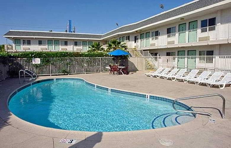 Motel 6 Ontario Airport - Pool - 3