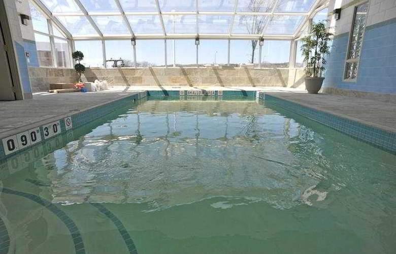Monte Carlo Inn Barrie Suites - Pool - 9