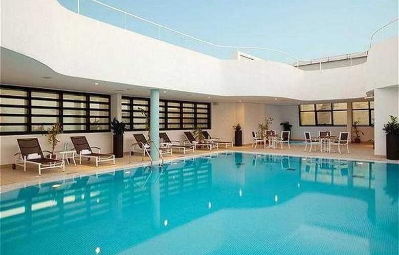 Holiday Inn Abu Dhabi - Pool - 3