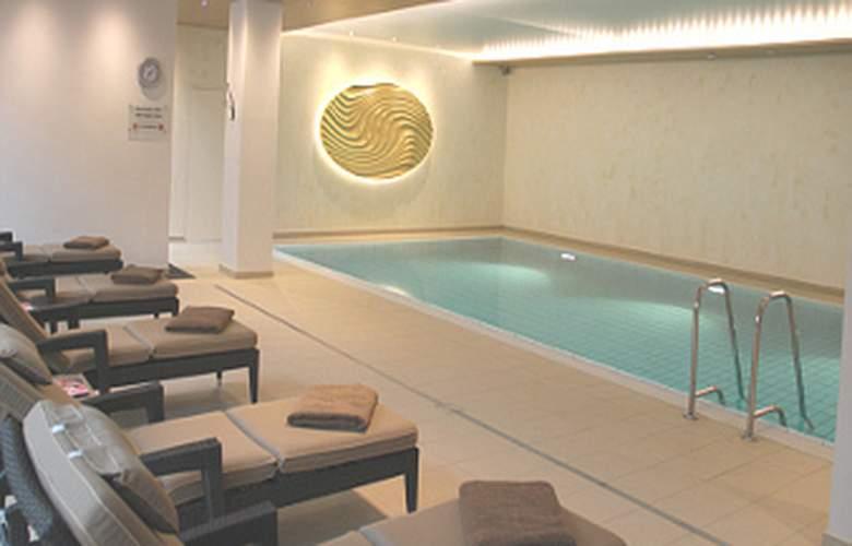 Ramada Nuernberg Parkhotel - Pool - 11