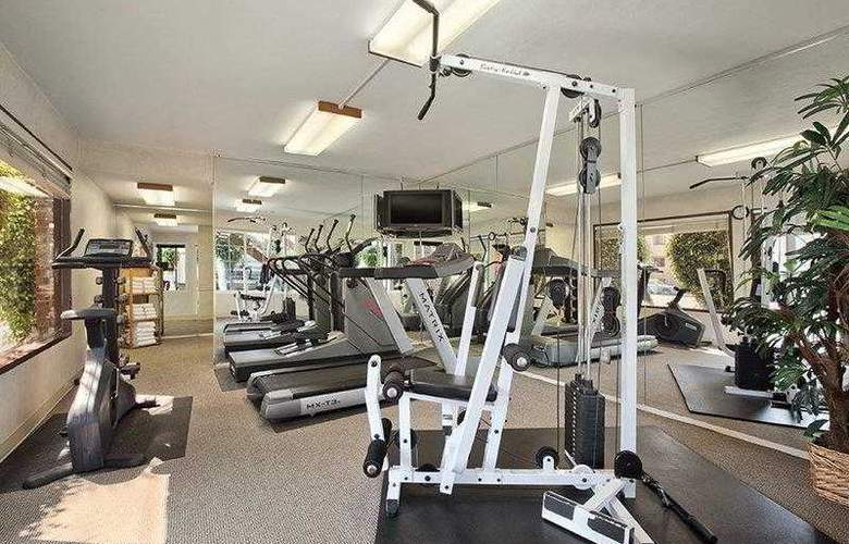 Best Western Plus Carriage Inn Sherman Oaks - Hotel - 3