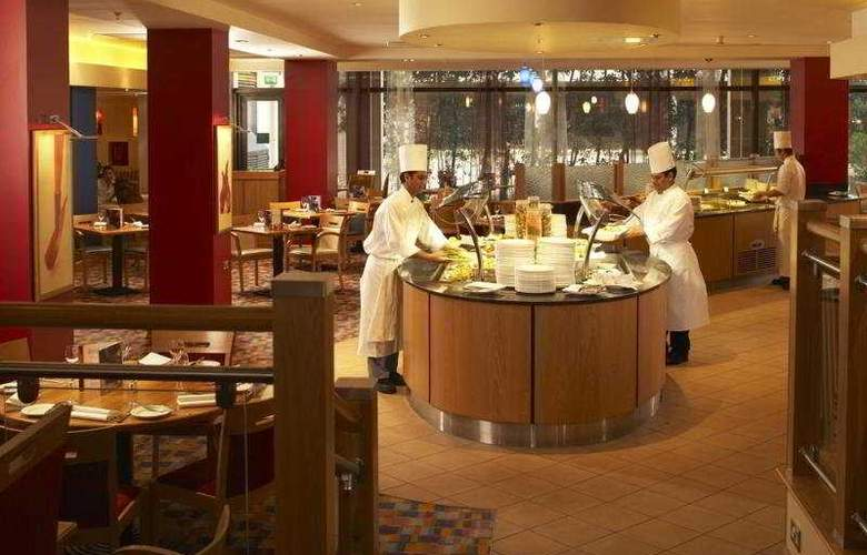 Hilton London Gatwick Airport - Restaurant - 10
