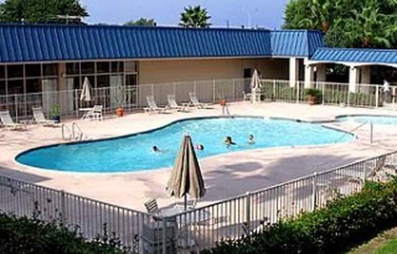 Quality Inn Houston 1-10 East - Pool - 4