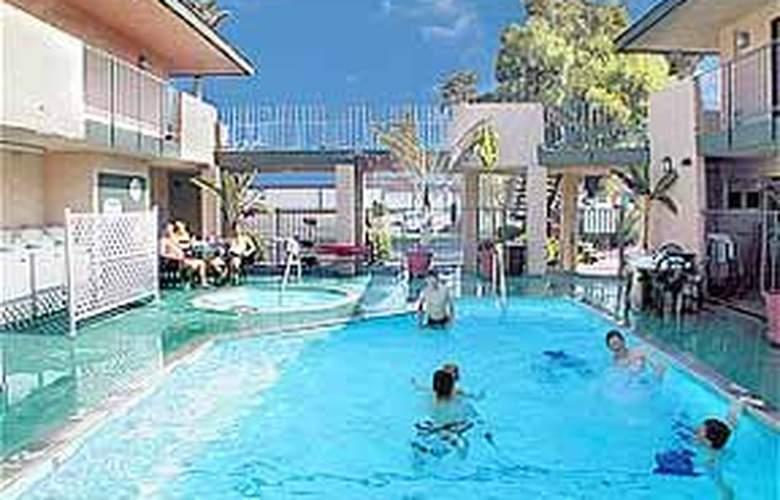 Quality Inn Maingate - Pool - 4