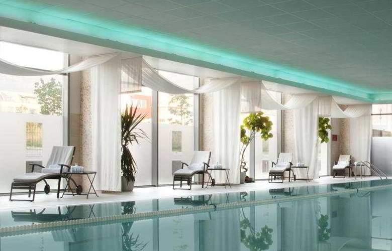 Holiday Inn Sofia - Pool - 5