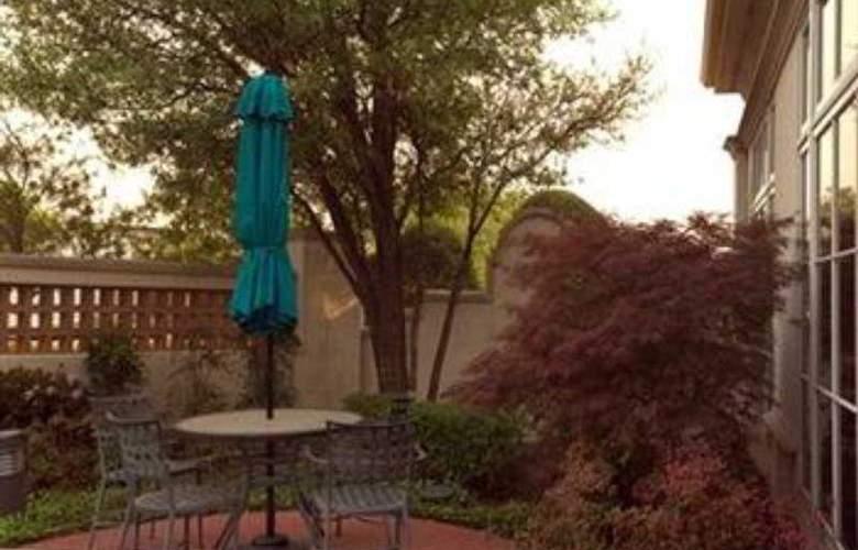 La Quinta Inn & Suites Dallas Arlington South - Terrace - 12