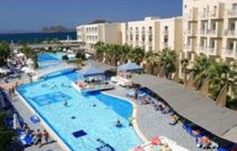 La Blanche Resort & Spa - Pool - 4