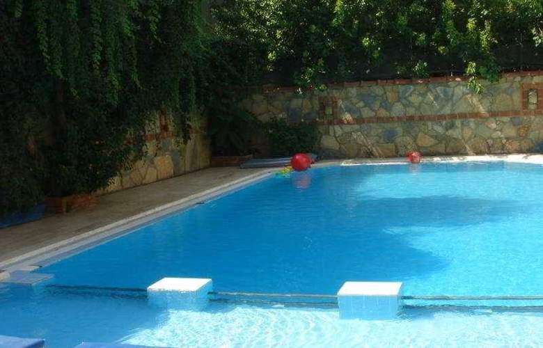 City Hotel - Pool - 2