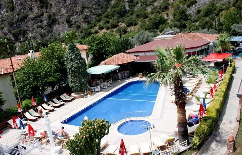 Majestic Hotel - Pool - 12