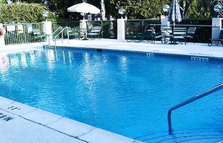 Comfort Suites - Pool - 8