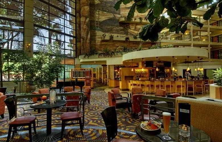 Embassy Suites Phoenix Biltmore - Bar - 6