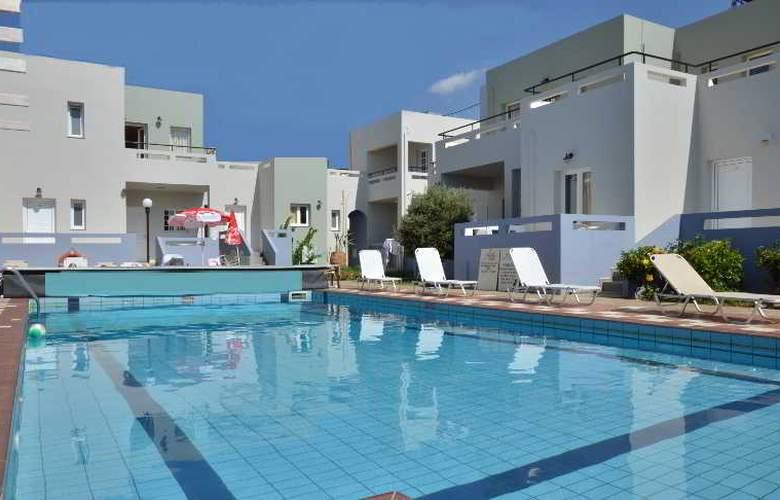 Golden Sun Apartments - Pool - 8