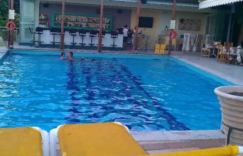 John & George - Pool - 5
