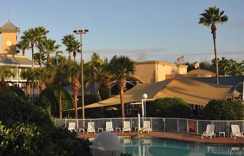Clarion Suites Maingate - Pool - 8