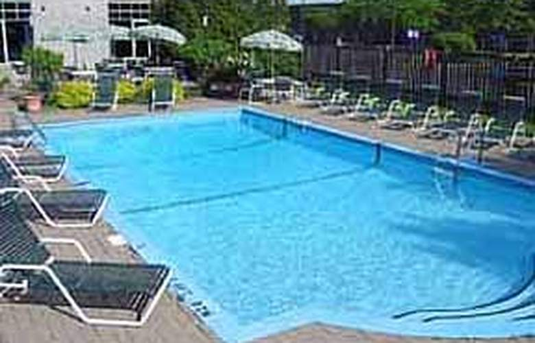 Quality Inn & Suites Brossard - Pool - 4