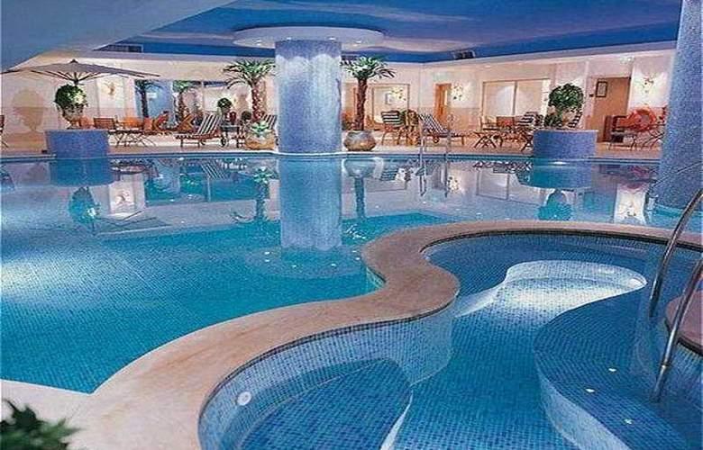 Crowne Plaza Qingdao - Pool - 7