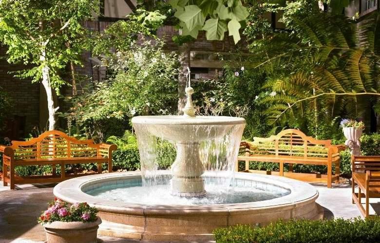 Anaheim Majestic Garden - Terrace - 7