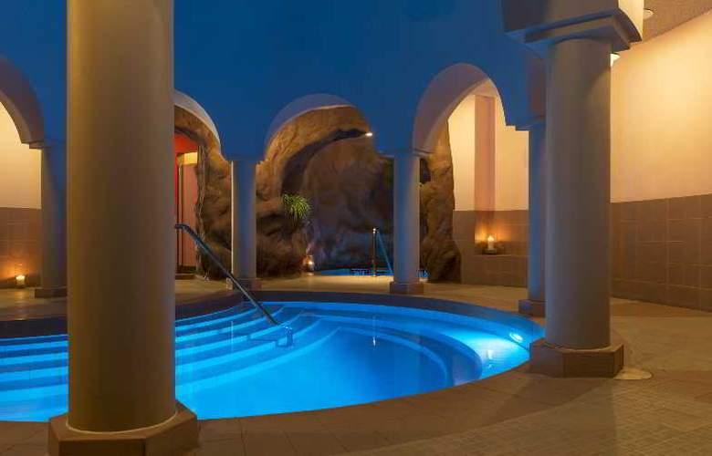 Le Meridien Abu Dhabi - Pool - 2