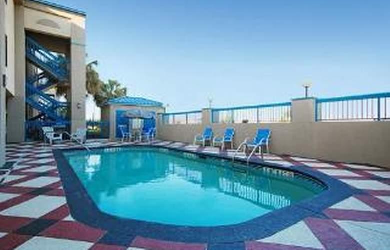 Quality Inn & Suites Ft. Jackson Maingate - Pool - 6
