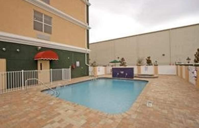 La Quinta Inn & Suites Tampa Central - Pool - 9