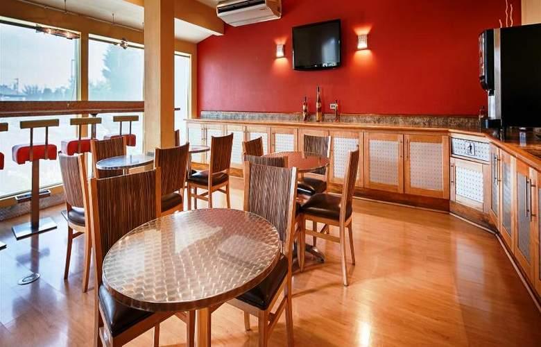 Best Western Plus Navigator Inn & Suites - Restaurant - 30