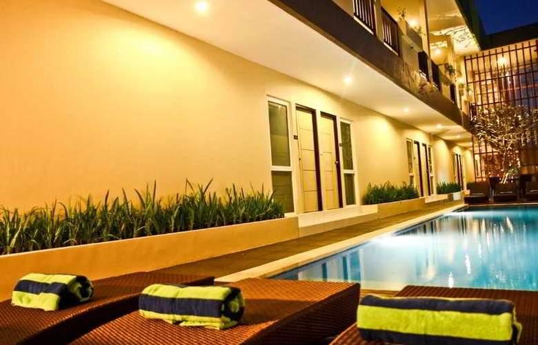 Eazy Suite - Pool - 7
