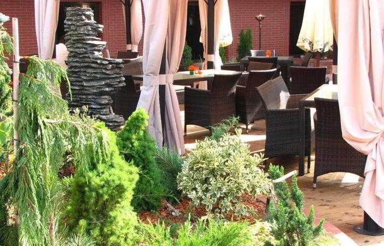 Ramada Hotel & Suites Bucharest North - Terrace - 7