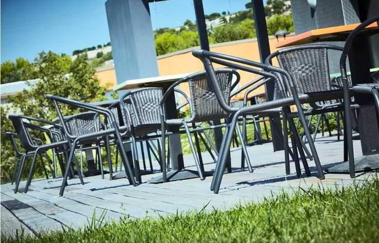Kyriad Marseille Provence Aeroport - Terrace - 2