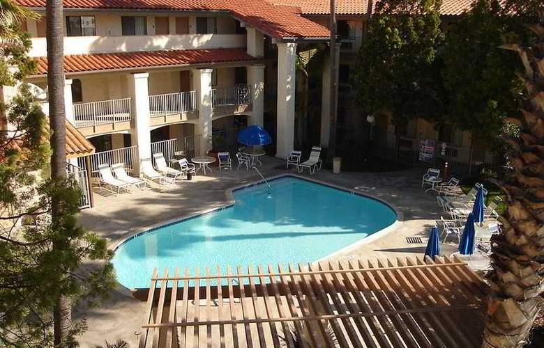 Quality Inn & Suites (Carlsbad) - Pool - 4